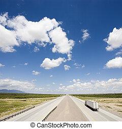 snelweg, met, tractor, trailer.