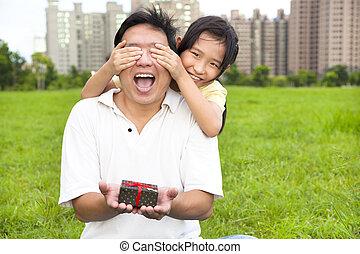 snopen, fader, holdingen, gåvan boxas, från, liten flicka, för, pappa, dag