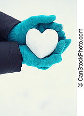 Snowball in the shape of a heart, Close-up