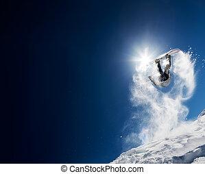 snowboarder, fazer, pulo alto, em, claro, céu azul