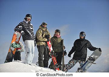 snowboarders, grupa, odprężając, i, cieszyć się, słońce