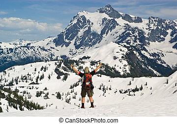snowshoer, 慶祝, 胜利, 在, 冬天, 山口