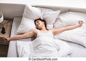 soñoliento, mujer se estirar, cama