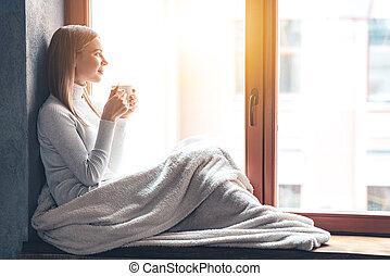 Fensterbank Zum Sitzen schöne regnerisch frau fensterbank sitzen oberseite bilder