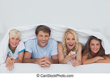 sob, cobertor, escondendo, alegre, família