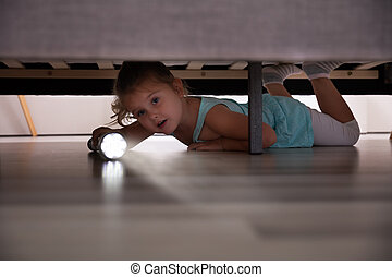 sob, olhar, menina, pequeno, lanterna, cama