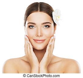 sobre, cima, mulher, beleza natural, mão, fazer, isolado, rosto, cuidado cabelo, flor, fundo, pele, toque, branca, modelo, bochechas