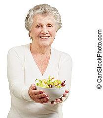 sobre, mulher, salada, mostrando, fundo, retrato, fresco, branca, sênior