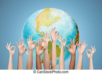 sobre, ok, globo, sinal, mãos humanas, terra, mostrando