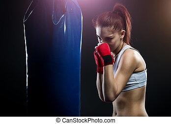 socando sacola, mulher, boxe, jovem
