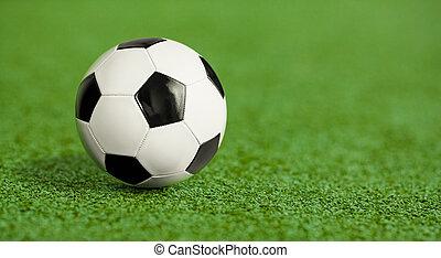 soccer bold, på, grønnes græs, gårdspladsen