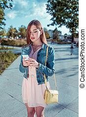 social, mobile, attente, tenue, texte, meeting., réseaux, téléphone, elle, robe, main, rose, lecture, internet, handbag., écriture, jaune, ville, réunion, été, message, application, girl, date, parc