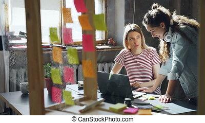 socialising, blond, grenier, elle, étudiants, écouteurs, sans fil, bavarder, utilisation ordinateur, cheerfully., apartment., ami