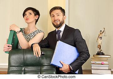 socios de negocio, abogado, en, la oficina, tenencia, documentos