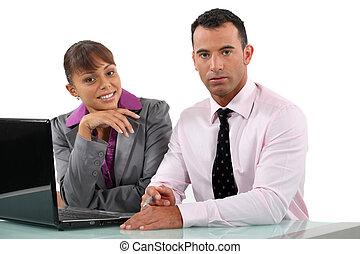socios de negocio, sentado, con, computador portatil