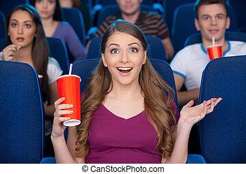 soda, movie!, tenencia, mujer, qué, joven, sentado, cine, el gesticular, taza, mientras, emocionante, hermoso, bebida