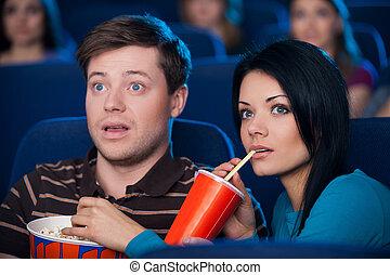 soda, tan, pareja, mirar, palomitas, joven, cine, película, excitado, comer que bebe, exciting!, esto, mientras