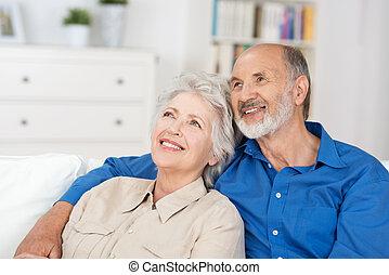 soddisfatto, coppia anziana, seduta, abbandonare ricordi