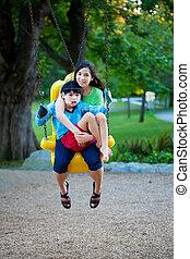 soeur, cérébral, grand, balançoire, besoins, frère, handicapé, palsy., park., cour de récréation, enfant avoirs, a, spécial