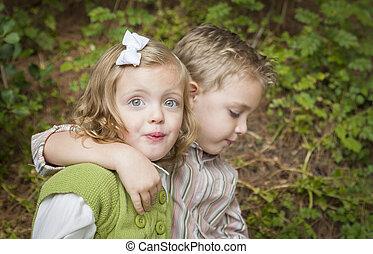 soeur, frère, étreindre, dehors, adorable, enfants
