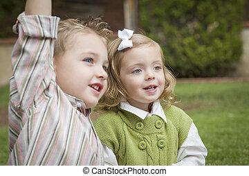 soeur, frère, enfants, dehors, adorable, jouer
