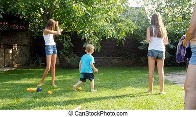 soeur, jouet, leur, lancement, peu, métrage, deux, frère, aîné, 4k, arrière-cour, avion, herbe, enfantqui commence à marcher