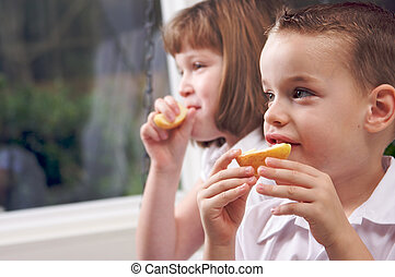soeur, pomme mangeant, frère