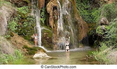 soeurs, baigner, chute eau, sous