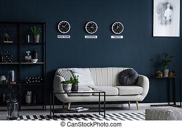 sofà bianco, tavolino da caffè, metallo, mensola, con, decorazioni, e, tre, clocks, su, il, grigio, parete, in, uno, soggiorno, interno