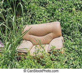 sofá, abandonado, en, el, pasto o césped