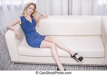 sofá azul, quarto branco, vestido, mulher, shortinho