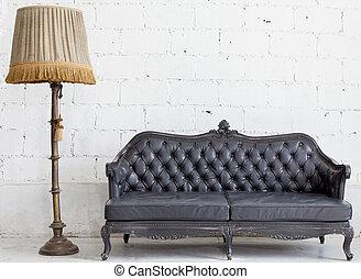 sofá couro, quarto branco