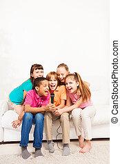 sofá, crianças, grupo, cantando