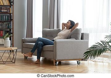 sofá, descansar, inclinado, mulher africana, lar, sereno