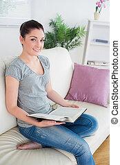 sofá, enquanto, segurando, livro, assento mulher