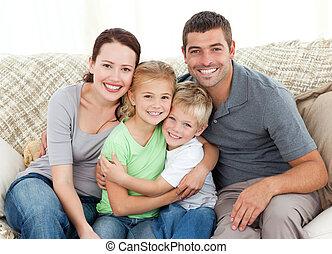 sofá, familia feliz, sentado