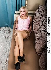 sofá, jovem, corsets, mulher, posar, bonito, meias, excitado