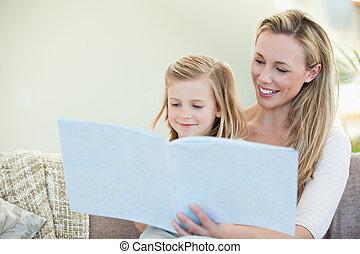 sofá, madre, hija, lectura