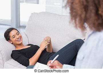 sofá, mirar, acostado, terapeutas, mujer felíz