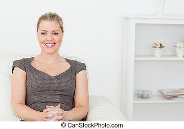 sofá, mulher, branca, sentando