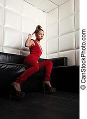 sofá, mulher, jovem, vermelho, sentando