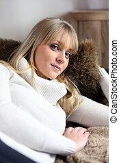 sofá, mulher relaxando
