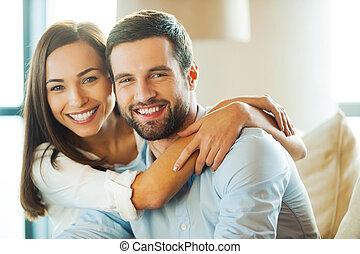 sofá, novio, mujer, pareja, juntos., cada, joven, el sentarse junto, sonriente, se abrazar, minuto, amoroso, ella, el gozar, hermoso, mientras