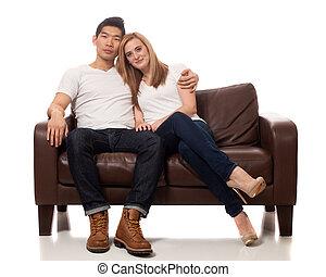 sofá, par, jovem