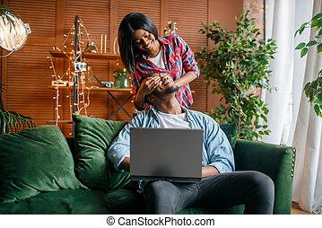 sofá, par, tendo, pretas, divertimento, laptop