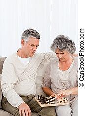 sofá, par, xadrez jogando, seu