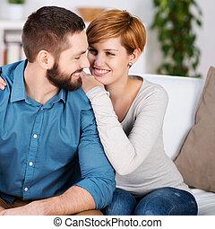 sofá, pareja, joven, relajante