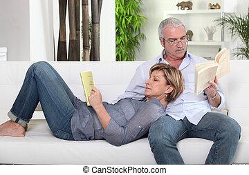 sofá, pareja, lectura, blanco