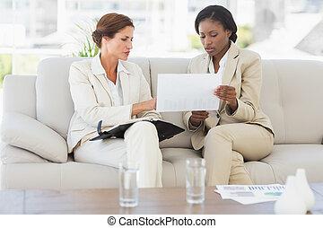 sofá, planificación, empresarias, juntos