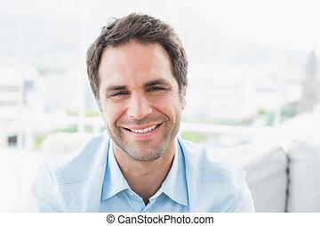 sofá, sentando, sorrindo, homem câmera, feliz
